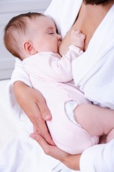 החזקה נכונה של תינוק בהנקה