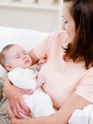 תינוק שנרדם באמצע הנקה