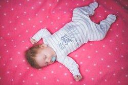 איך מלבישים תינוק בן חודש בקיץ